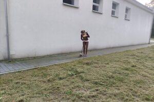 """Na zdjęciu widoczna jest 1 osoba. Uczestniczka projektu """"Droga do samodzielności"""" zamiata chodnik."""