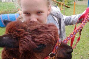 Wychowanka pozuje z alpaką