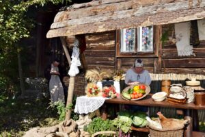 Na zdjęciu uczestnicy WTZ pozują obok przygotowanej ekspozycji jarmarku