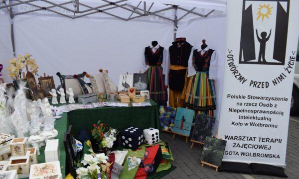 Na zdjęciu wystawa rękodzieła WTZ w Lgocie Wolbromskiej podczas Targów Wielkowiejskich