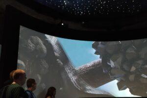 Na zdjęciu widoczni są wychowankowie, którzy oglądają interaktywną prezentację
