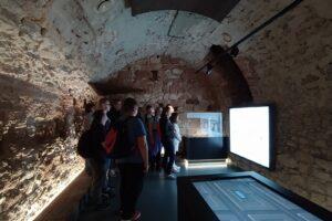 Wychowankowie oglądają interaktywną wystawę