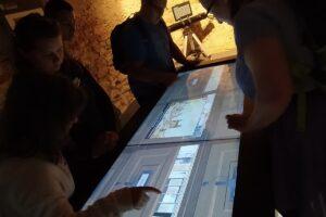 Na zdjęciu wychowankowie obsługują interaktywną wystawę.