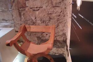 Ekspozycja podczas wycieczki do Podziemnego Olkusza. Krzesło.