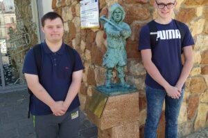 Dwoje wychowanków pozuje obok olkuskiego Gwarka