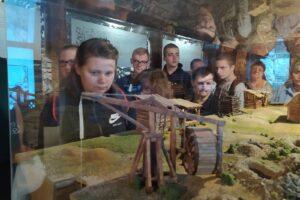 Na zdjęciu widać wychowanków, którzy oglądają ekspozycje Podziemnego Olkusza