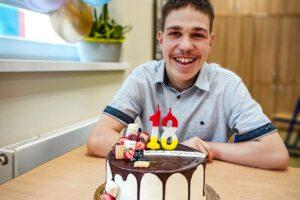 Na zdjęciu widoczny jest jubilat Wojtek z tortem urodzinowym