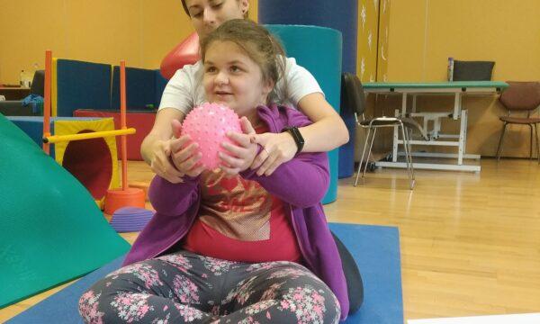 Na zdjęciu wychowanka ćwiczy z fizjoterapeutą w ramach projektu z Fundacji PZU