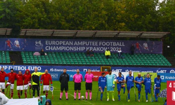 Na zdjęciu widoczne są 2 drużyny piłki nożnej w AMP Futbolu wraz z sędziami tuż przed rozpoczęciem meczu