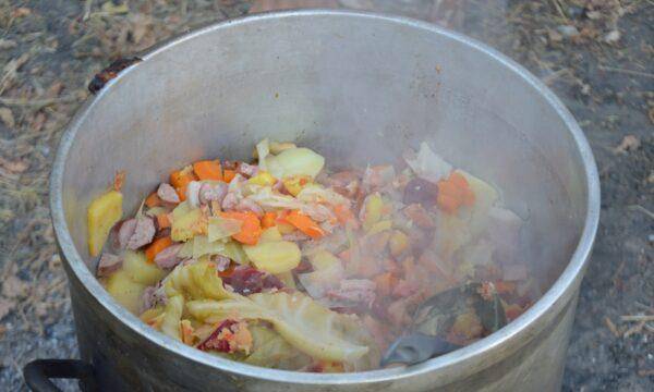 Na zdjęciu widać potrawę w garnku